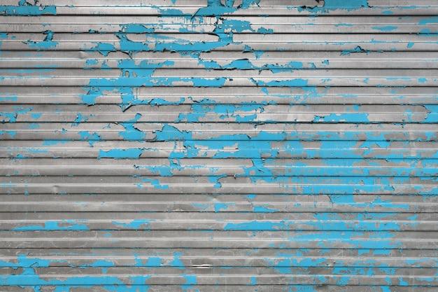 Afbladderende blauwe verf op het geprofileerde ijzeren oppervlak