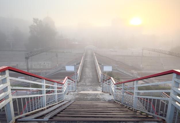 Afdaling naar de voetgangersbrug over het spoor van de trans-siberische spoorlijn. siberië, rusland