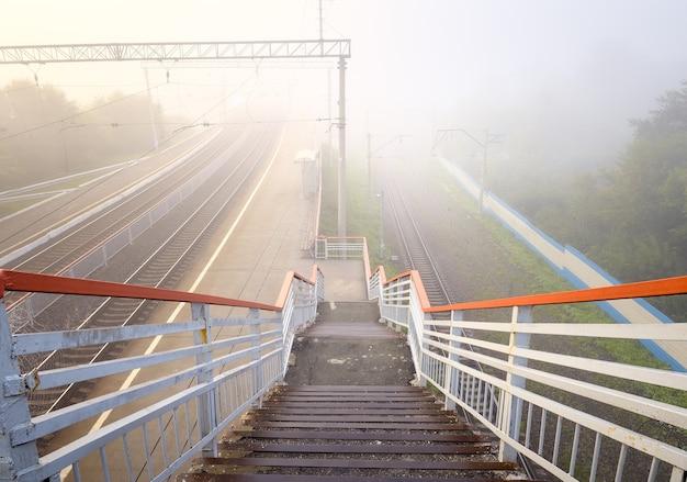 Afdaling naar de voetgangersbrug over het spoor van de transsiberische spoorlijn siberië