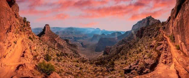 Afdaling van de south kaibab trailhead met een berg op de achtergrond. grand canyon