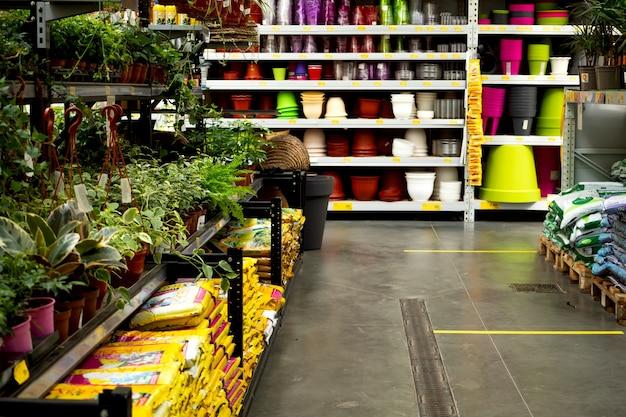 Afdeling tuin en planten in het tuincentrum. bloemen, tuingereedschap, potten, aarde, meststoffen.