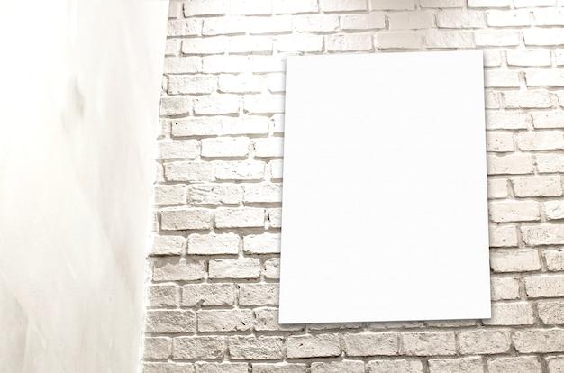 Affiche het hangen bij witte bakstenen muur bij conner van ruimte, malplaatjeachtergrond