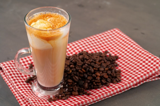 Affogato koffie met ijs geserveerd in glas close-up