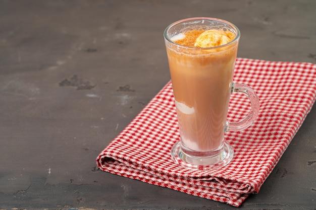 Affogato koffie met ijs geserveerd in glas