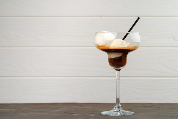 Affogato-koffie met ijs geserveerd in glas