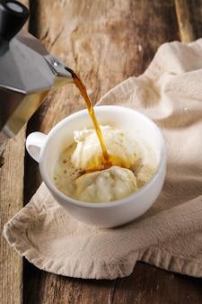 Affogato koffie met ijs op een kopje