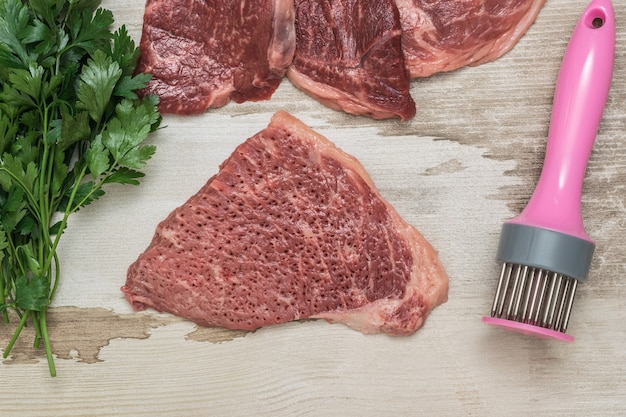 Afgebroken biefstuk met een speciaal apparaat. vleesschotel.