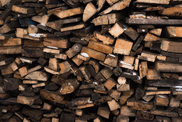 Afgebroken hout in de sneeuw. houtstapel (stapel hout)