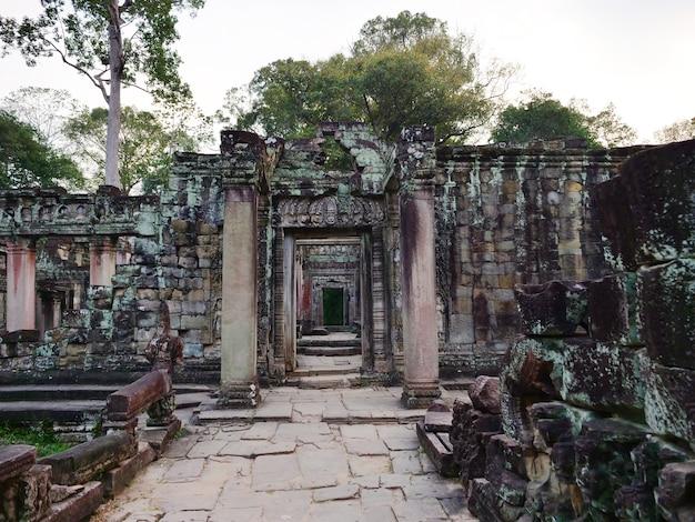 Afgebroken stenen rots deurkozijn bij preah khan tempel angkor wat complex, siem reap cambodja. een populaire toeristische attractie genesteld tussen het regenwoud.