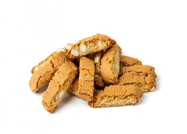 Afgebrokkelde biscotti di prato geïsoleerd op een witte achtergrond. traditionele italiaanse cantuccininenotenkoekjes. huisgemaakte cantucci zandkoek met amandelen