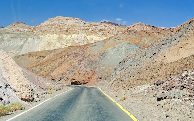 Afgelegen weg tussen de rotsen in death valley, california, usa