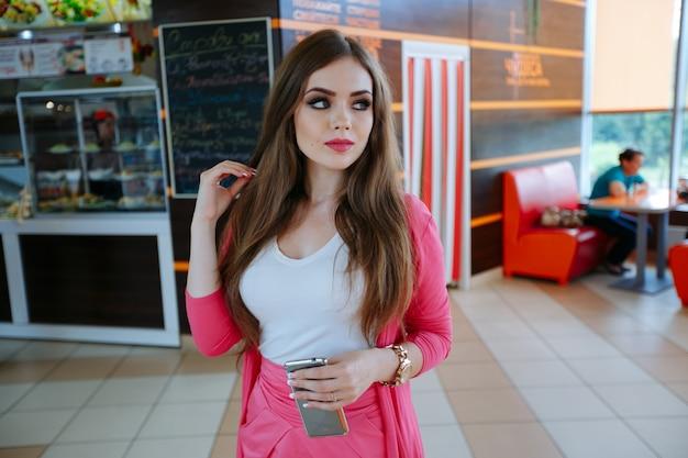Afgeleid jonge vrouw poseren