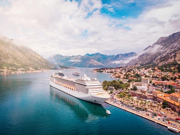 Afgemeerd cruiseschip in baai bij dok, bovenaanzicht