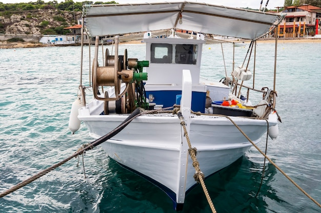 Afgemeerde boot met veel visaccessoires in de zeehaven, egeïsche zee in ormos panagias, griekenland