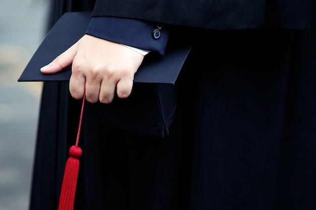Afgestudeerden ontvangen een certificaat aan de universiteit