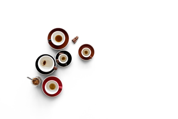 Afgewerkte dronk koffiekopjes met chocolade
