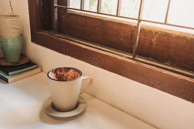 Afgewerkte lege warme chocolademelk in een mok geserveerd in een café