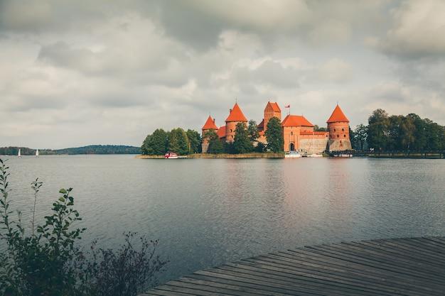 Afgezwakt schot van het beroemde oude kasteel trakai in de buurt van vilnius, litouwen