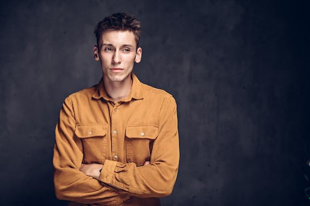 Afgunst jonge blanke man op grijze donkere achtergrond