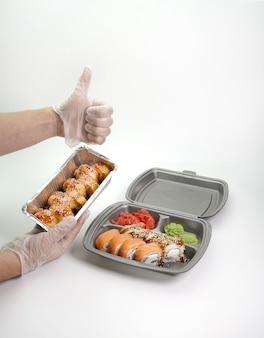 Afhaallunch, bezorging van sushi-menu in lunchboxen. het concept van levering