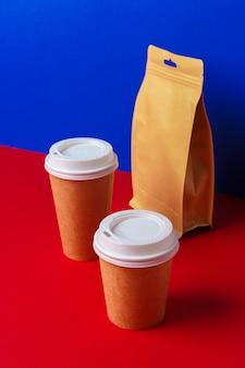 Afhaalmaaltijden concept. sommige verpakt voedsel in container met koffiekopje op tafel