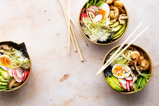 Afhaalmaaltijden ei en garnalen poke bowls