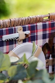 Afhaalmand met serviesgoed