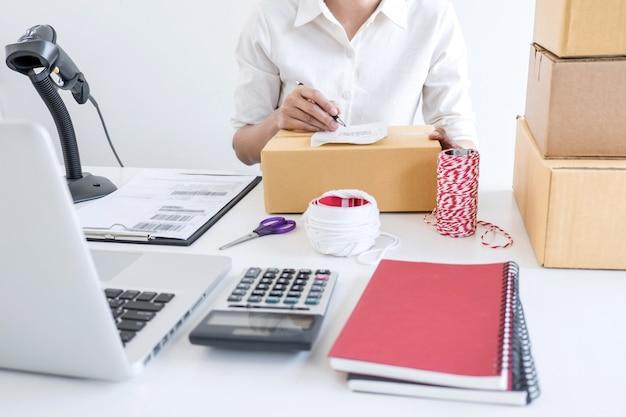 Afhandelingsbedrijf voor kleine ondernemingen of kmo-ondernemer en werkende verpakkingsdoos