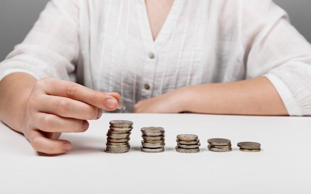 Aflopende stapels munten en vrouw