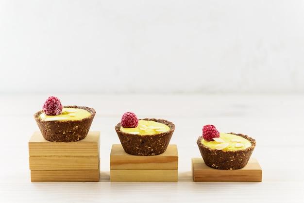 Aflopende taarten. het concept van het verminderen van de consumptie van snoep.
