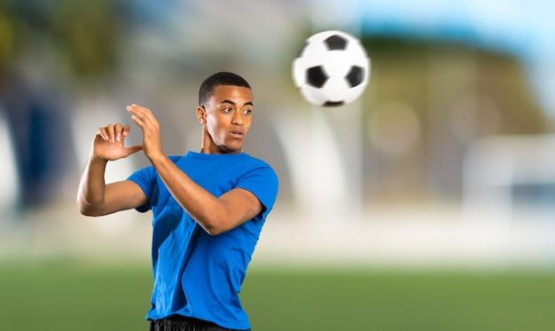 African american football-speler man in de open lucht