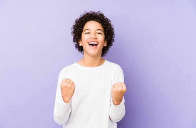 African american jongetje zorgeloos en opgewonden juichen