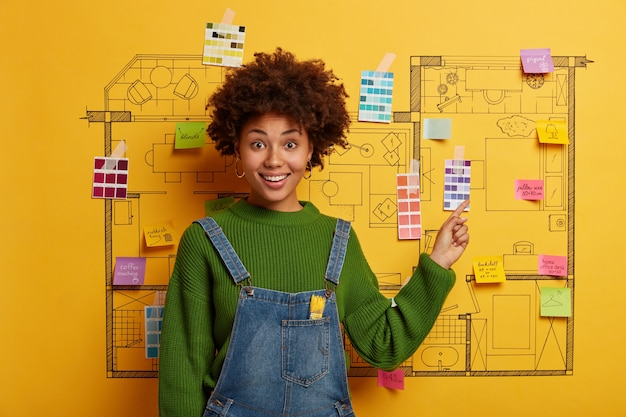 African american klaar voor het maken van renovatie van huis