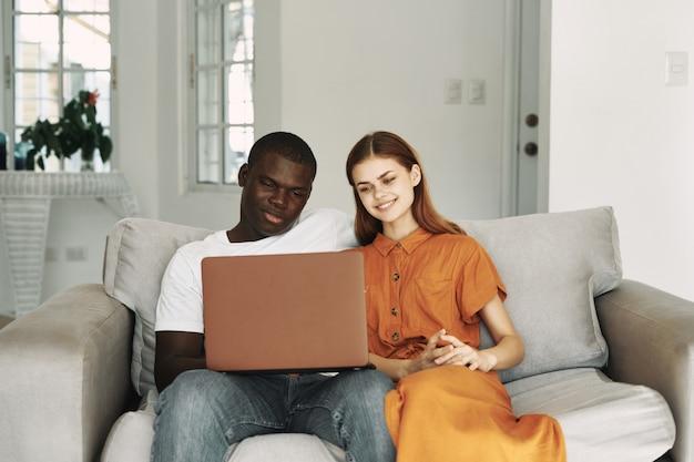 African american man en blanke vrouw thuis werken freelancer laptop, paar