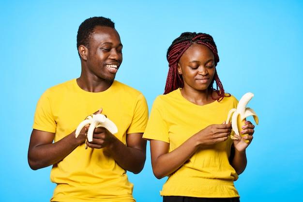African american man en vrouw poseren