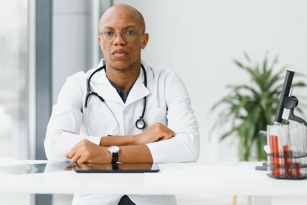 African american man mannelijke ziekenhuis arts in witte jas met een stethoscoop