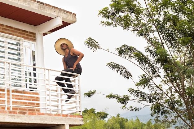 African american man rust na een dag hard werken