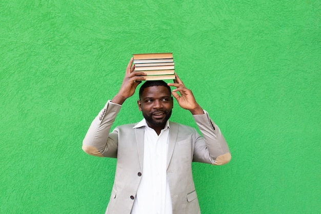 African american student met een boek op een groene achtergrond