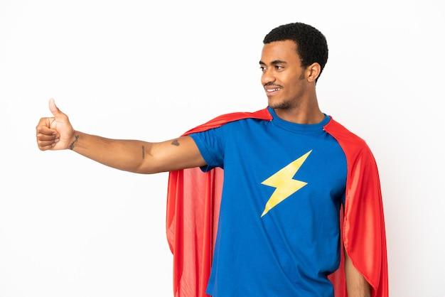 African american super hero man over geïsoleerde witte achtergrond geven een duim omhoog gebaar