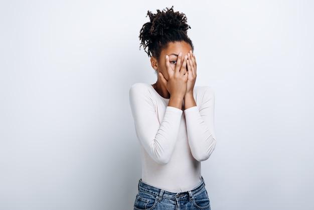 African american vrouw in een witte blouse doodsbang