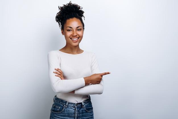 African american vrouw in een witte blouse