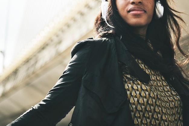 African american vrouw luistert naar muziek