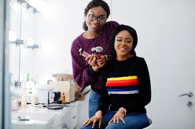 African american vrouw make-up toe te passen op salon