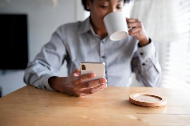 African american vrouw met behulp van een mobiele telefoon