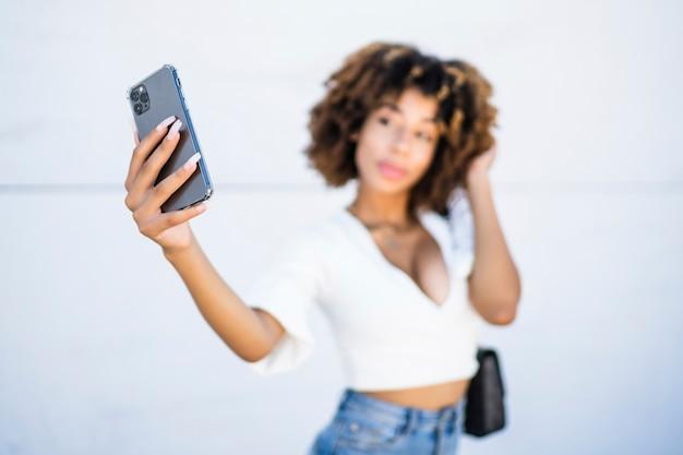 African american vrouw met behulp van mobiele telefoon