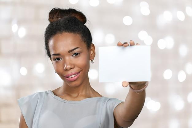 African american vrouw met blanco papier