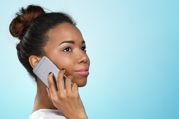African american vrouw met een mobiele telefoon
