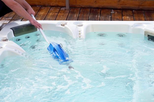 African hotel-medewerker die het zwembad schoonmaakt