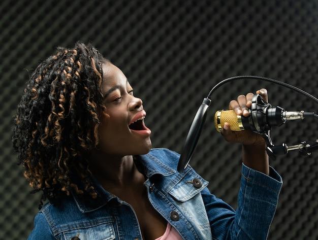 African teenager woman afro haar zingt een lied