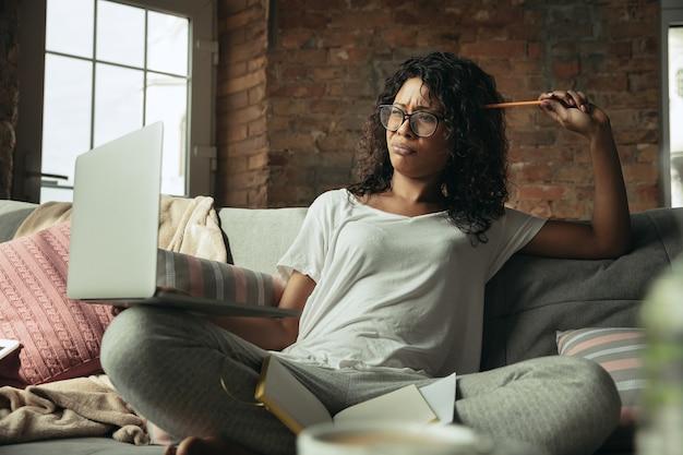 Africanamerican vrouw freelancer tijdens het werk in het kantoor aan huis tijdens de quarantaine